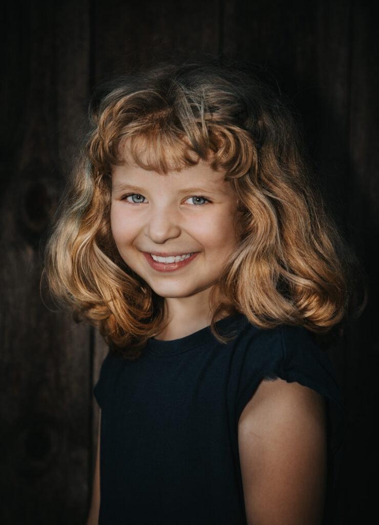 singelfoto på glad tjej