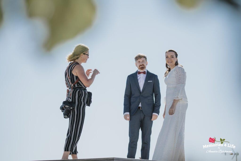 Fotograf pratar med brudparet