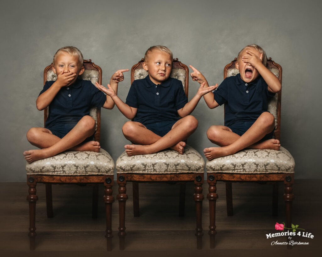En pojke på 3 stolar