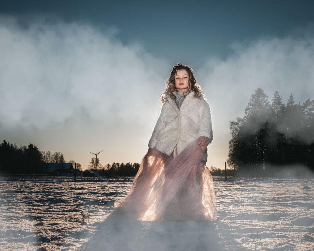 Flicka dansar i Vinterlandskap i prinsesskjol