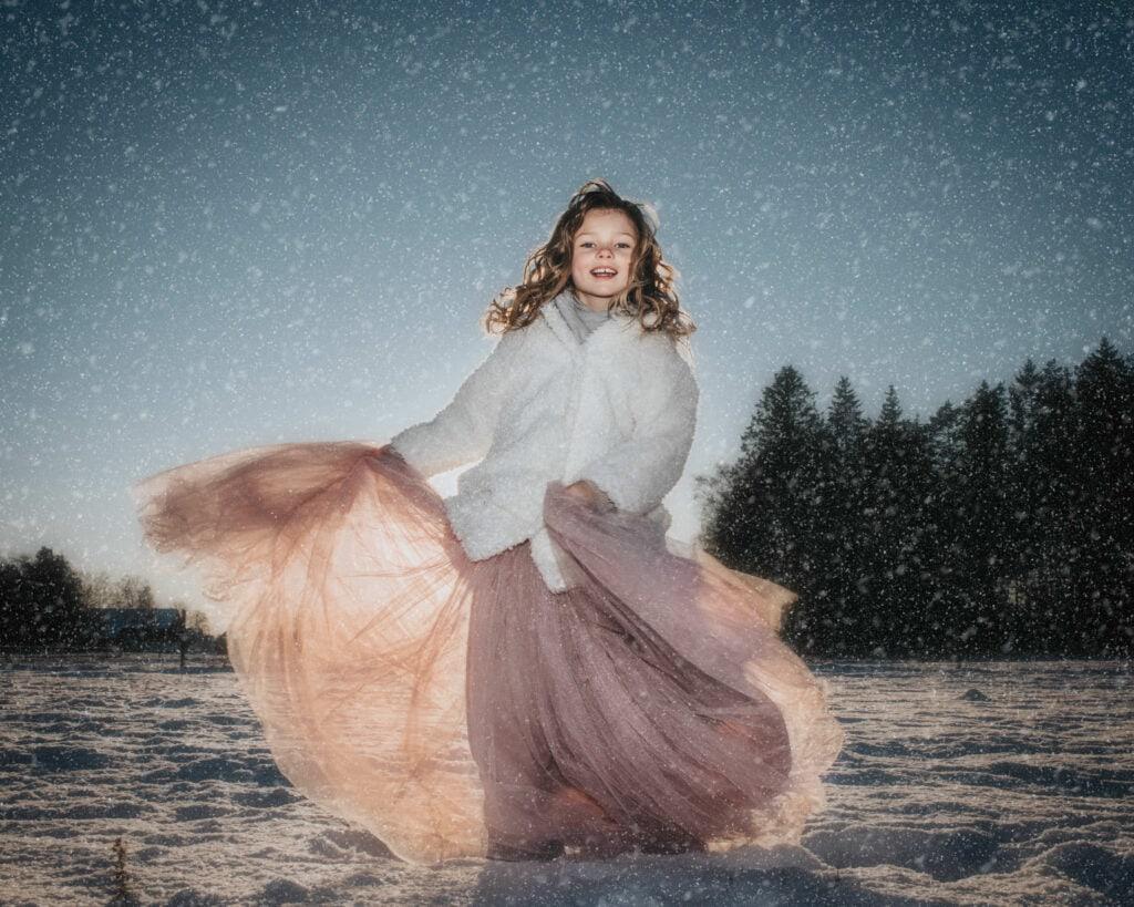 Glad Flicka dansar i Vinterlandskap i prinsesskjol