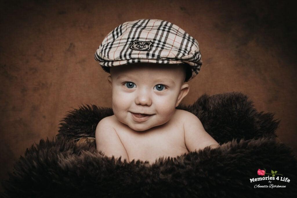 glad 6 månaders kille på fotografering